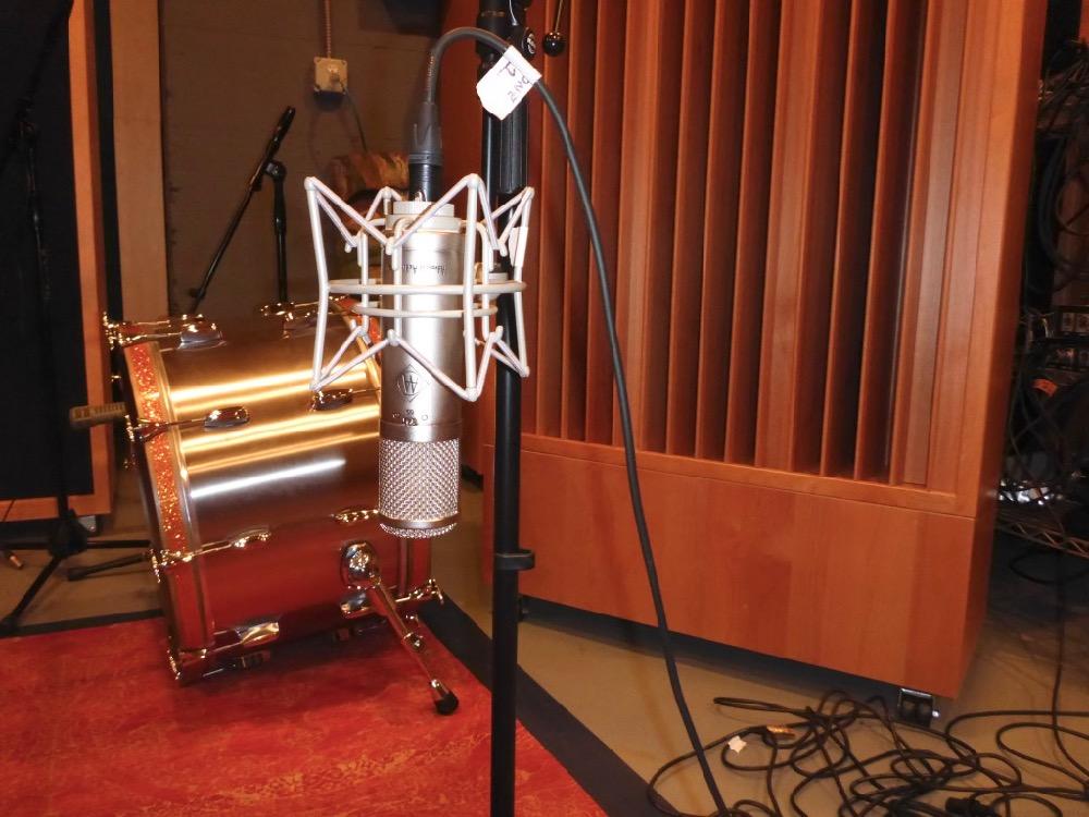 sound diffuser placement around microphone